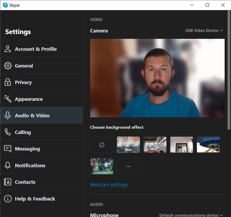Ista scena, no kako je vidi Skype s primjenjenim vlastitim filtrom za zamućivanje pozadine. Primjetite da je slika kamere zrcaljena i da je primjenjen zum - sve to bez ikakve intervencije s naše strane