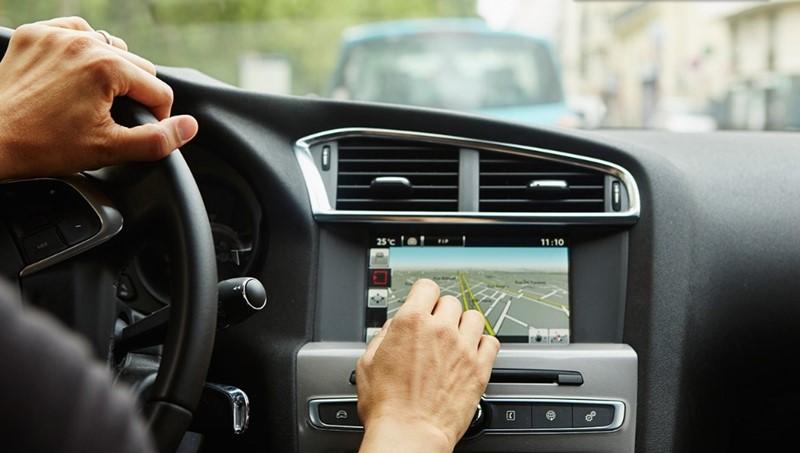Zadavanje ruta navigacijskom sustavu više ometa vozača od tipkanja po mobitelu